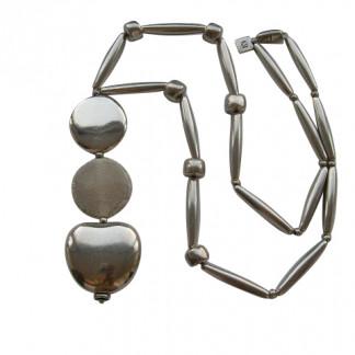 Halskette mit silbernen Pipetten Reifen Apfel und silbernerm und beigem porzellanbruch Taler 324x324 - Halskette mit Stäbchen, Kordeln, Kugel und Spitzovalen