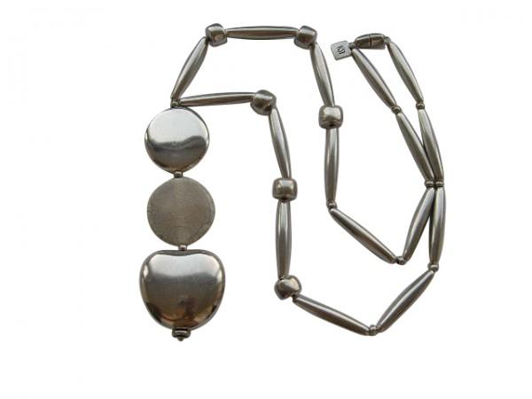 Halskette mit silbernen Pipetten Reifen Apfel und silbernerm und beigem porzellanbruch Taler 600x450 - Halskette mit Pipetten, Talern, Reifen und Apfel
