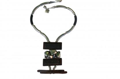 Halskette mit silbernen schwarzen Staebchen Nuggetplatte und rostfarbenen Platten scaled 416x277 - Halskette mit Stäbchen und Platten