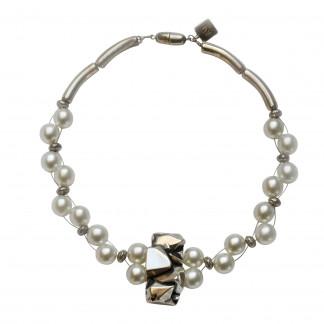 Halskette mit silberner Nuggetplatte und weissen Perlen scaled 324x324 - Halskette mit Perlen und Nuggetplatte