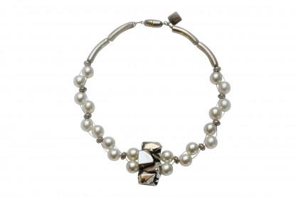Halskette mit silberner Nuggetplatte und weissen Perlen scaled 416x277 - Halskette mit Perlen und Nuggetplatte
