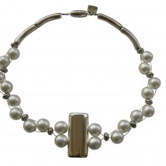 Halskette mit silberner glatter Platte und weissen Perlen 324x324 - Halskette mit Perlen und glatter Platte