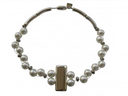 Halskette mit silberner glatter Platte und weissen Perlen 416x312 - Halskette mit Perlen und glatter Platte