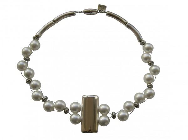 Halskette mit silberner glatter Platte und weissen Perlen 600x449 - Halskette mit Perlen und glatter Platte