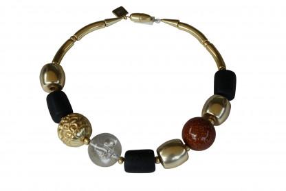 Halskette mit vergoldeten braunen Kugeln schwarzen vergoldeten Tonnen scaled 416x277 - Halskette mit Perlen und Tonnen