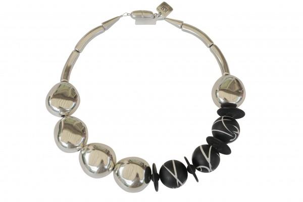 Halskette mit versilberten Oliven und schwarzweisslinierten Kugeln 600x400 - Halskette mit kleinen Oliven und Kugeln