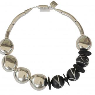 Halskette mit versilberten Oliven und schwarzweisslinierten Kugeln scaled 324x324 - Halskette mit Anhänger, Platte, Pipetten und Reifen