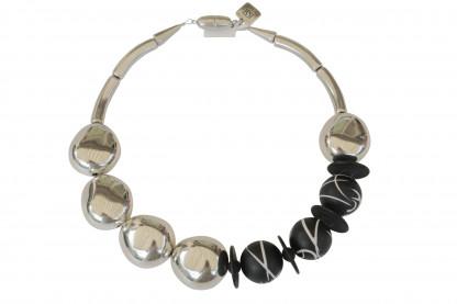 Halskette mit versilberten Oliven und schwarzweisslinierten Kugeln scaled 416x277 - Halskette mit kleinen Oliven und Kugeln