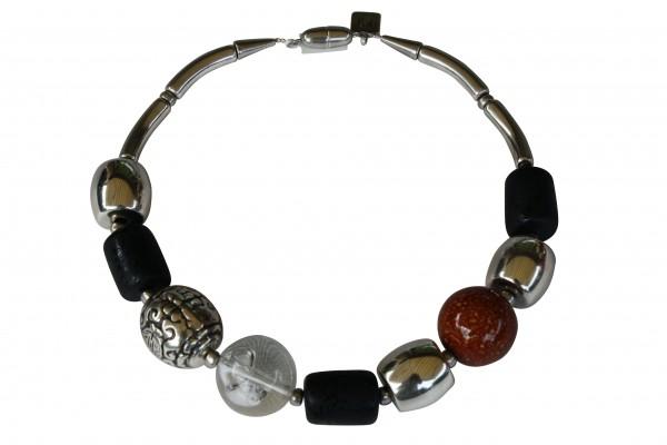 Halskette mit versilberten braunen Kugeln schwarzen versilberten Tonnen 600x400 - Halskette mit Perlen und Tonnen