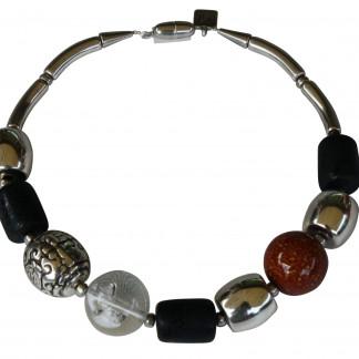 Halskette mit versilberten braunen Kugeln schwarzen versilberten Tonnen scaled 324x324 - Halskette mit Perlen und Tonnen