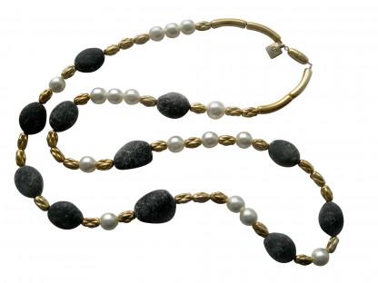 Halskette mit weissen Perlen goldenen Kordeln und Lavasteinen 416x312 - Halskette mit Perlen, Kordeln und Steinen