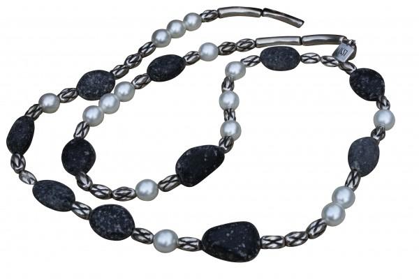 Halskette mit weissen Perlen silbernen Kordeln und Lavasteinen 600x400 - Halskette mit Perlen, Kordeln und Steinen