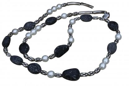 Halskette mit weissen Perlen silbernen Kordeln und Lavasteinen scaled 416x277 - Halskette mit Perlen, Kordeln und Steinen