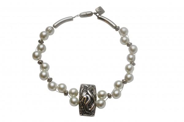 Halskette mit weissen Perlen und Drachenplatte 600x400 - Halskette mit weißen Perlen und Drachenplatte