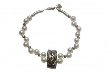 Halskette mit weissen Perlen und Drachenplatte scaled 416x277 - Halskette mit weißen Perlen und Drachenplatte