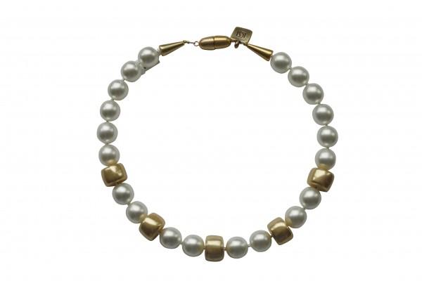 Halskette mit weissen Perlen und goldenen Reifen 600x400 - Halskette mit Perlen und Reifen