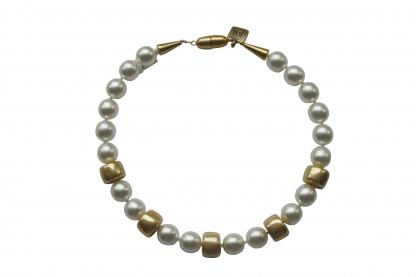 Halskette mit weissen Perlen und goldenen Reifen scaled 416x277 - Halskette mit Perlen und Reifen