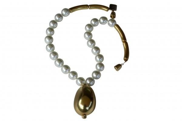 Halskette mit weissen Perlen und goldener Olive 600x400 - Halskette Perlen und Olive