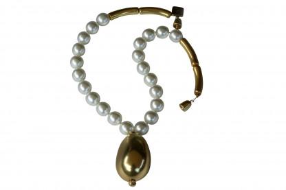 Halskette mit weissen Perlen und goldener Olive scaled 416x277 - Halskette Perlen und Olive