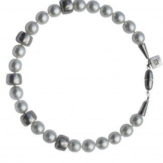 Halskette mit weissen Perlen und silbernen Reifen scaled 324x324 - Halskette mit Perlen und Reifen