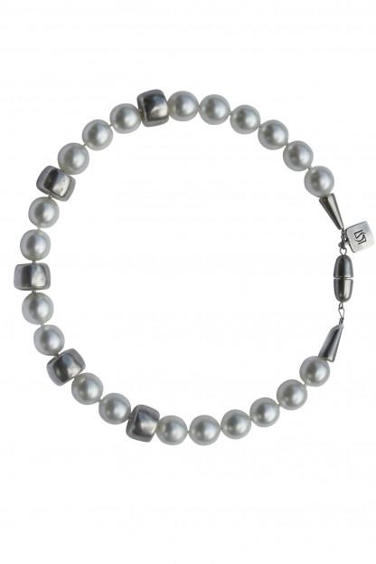 Halskette mit weissen Perlen und silbernen Reifen scaled 416x623 - Halskette mit Perlen und Reifen