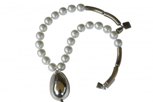 Halskette mit weissen Perlen und versilberter Olive 600x400 - Halskette Perlen und Olive