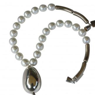 Halskette mit weissen Perlen und versilberter Olive scaled 324x324 - Halskette Perlen und Olive
