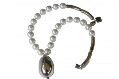Halskette mit weissen Perlen und versilberter Olive scaled 416x277 - Halskette Perlen und Olive