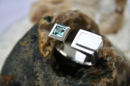 Handgefertigten Designschmuck kaufen Männer Ring Futura 416x277 - Männer-Ring Futura aus Sterlingsilber mit Turmalin