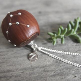 Haselnuss Halskette Sternzeichen Jungfrau 1 von 2 324x324 - Sternklare Haselnuss-Halskette – Jungfrau