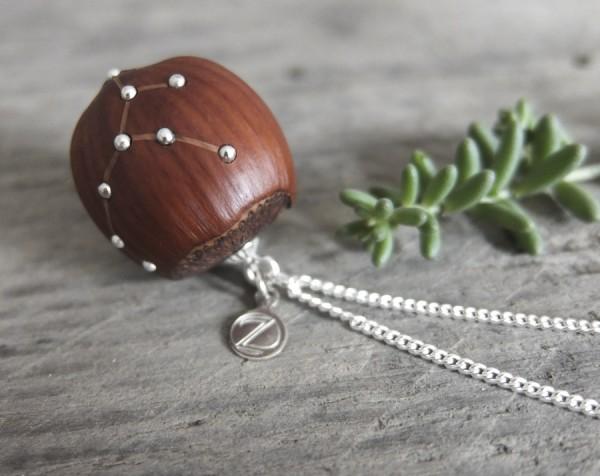 Haselnuss Halskette Sternzeichen Jungfrau 1 von 2 600x476 - Sternklare Haselnuss-Halskette – Jungfrau
