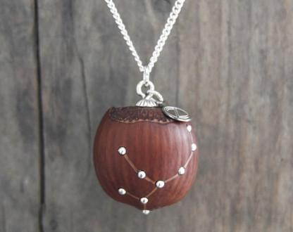 Haselnuss Halskette Sternzeichen Jungfrau 2 von 2 416x330 - Sternklare Haselnuss-Halskette – Jungfrau