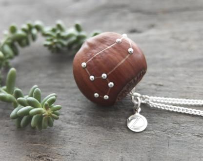 Haselnuss Halskette Sternzeichen Löwe 1 von 2 416x330 - Sternklare Haselnuss-Halskette –  Löwe