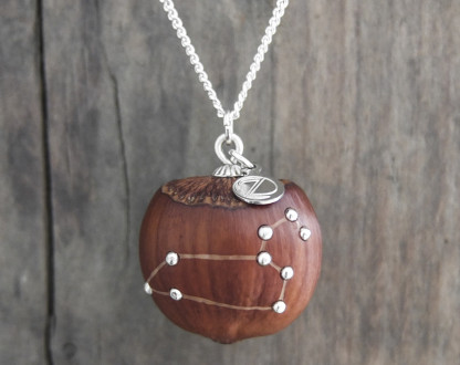 Haselnuss Halskette Sternzeichen Löwe 2 von 2 416x330 - Sternklare Haselnuss-Halskette –  Löwe