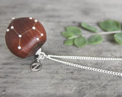 Haselnuss Halskette Sternzeichen Schütze 2 von 2 416x330 - Sternklare Haselnuss-Halskette – Schütze