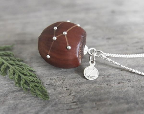 Haselnuss Halskette Sternzeichen Stier 1 von 2 600x476 - Sternklare Haselnuss-Halskette – Stier
