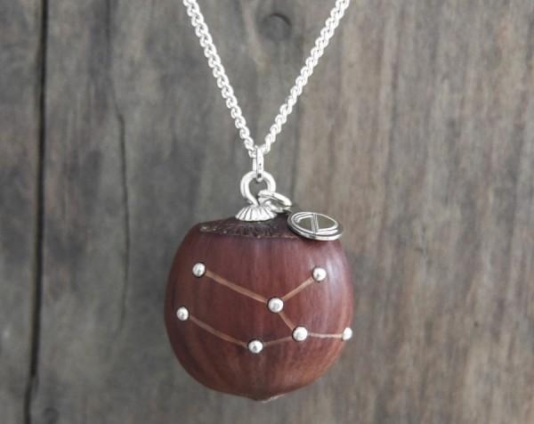 Haselnuss Halskette Sternzeichen Stier 2 von 2 600x476 - Sternklare Haselnuss-Halskette – Stier