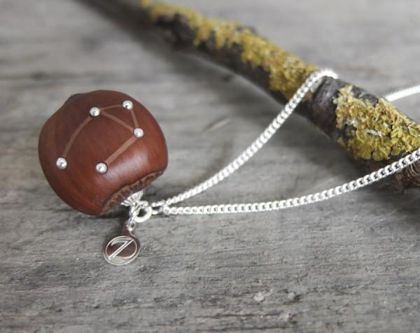 Haselnuss Halskette Sternzeichen Waage 1 von 2 600x476 - Sternklare Haselnuss-Halskette – Waage