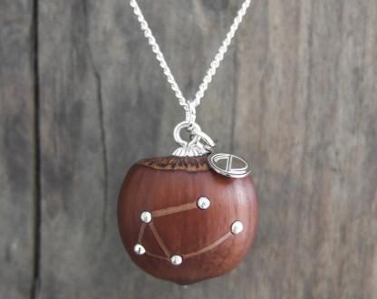 Haselnuss Halskette Sternzeichen Waage 2 von 2 416x330 - Sternklare Haselnuss-Halskette – Waage