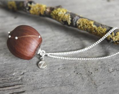 Haselnuss Halskette Sternzeichen Widder 1 von 2 416x330 - Sternklare Haselnuss-Halskette – Widder