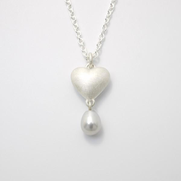 Kettenanhänger Massives Silberherz mit Perle 600x600 - Silberner Herzanhänger aus 925er Silber massiv gegossen mit Süßwasser-Perltropfen