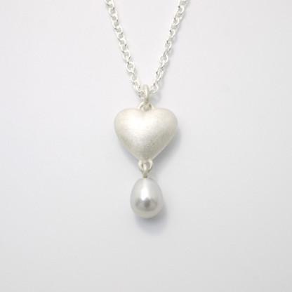 Kettenanhänger Massives Silberherz mit Perle scaled 416x416 - Silberner Herzanhänger aus 925er Silber massiv gegossen mit Süßwasser-Perltropfen