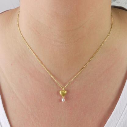 Kettenanhänger aus Massivgold mit Perle 416x416 - Goldener Herzanhänger aus 750er Gelbgold massiv gegossen mit Süßwasser-Perltropfen