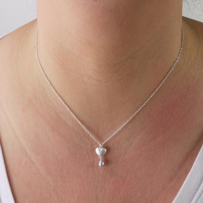 Kettenanhänger mit Herz aus massivem Silber und Perle 416x416 - Silberner Herzanhänger aus 925er Silber massiv gegossen mit Süßwasser-Perltropfen