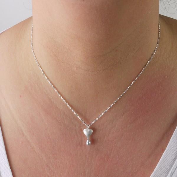 Kettenanhänger mit Herz aus massivem Silber und Perle 600x600 - Silberner Herzanhänger aus 925er Silber massiv gegossen mit Süßwasser-Perltropfen