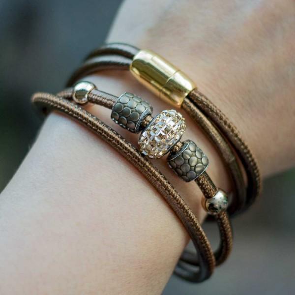Leder Wickelarmband in Bronze mit Swarovski Becharmed Perle 2 600x600 - Leder-Wickelarmband in Bronze mit Swarovski-Becharmed Perle