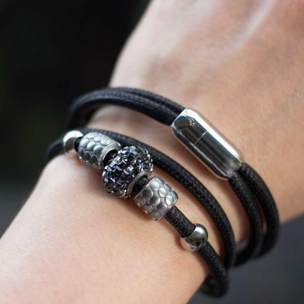Leder Wickelarmband in Schwarz mit Swarovski Becharmed Perle 2 600x600 - Leder-Wickelarmband in Schwarz mit Swarovski-Becharmed Perle