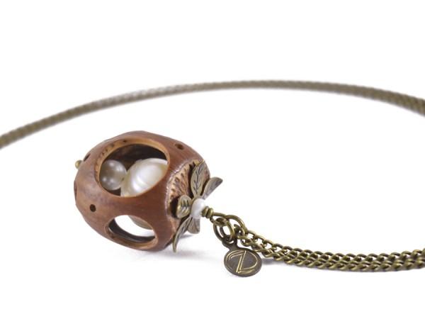 Lochmuster Haselnuss Halskette mit Suesswasserperlen in Bronze 1 600x450 - Lochmuster Haselnuss-Halskette mit Süßwasserperlen in Bronze