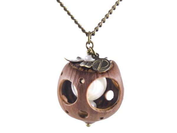 Lochmuster Haselnuss Halskette mit Suesswasserperlen in Bronze 2 600x450 - Lochmuster Haselnuss-Halskette mit Süßwasserperlen in Bronze