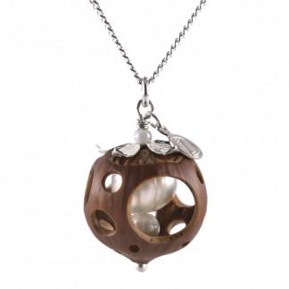 Lochmuster Haselnuss Halskette mit Suesswasserperlen in Silber 1 324x324 - Sternklare Haselnuss-Halskette – Waage
